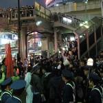 逮捕後の警察署前でふくれあがった抗議の群衆